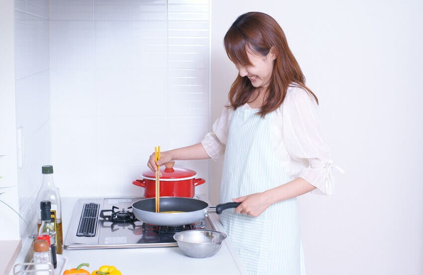 ガスコンロで調理
