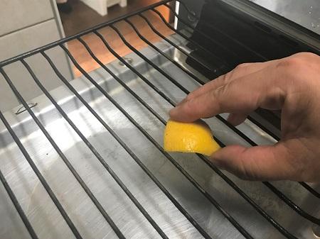 レモンでグリルの焼き網掃除