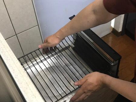 魚焼きグリルの焼き網と受け皿を分解する
