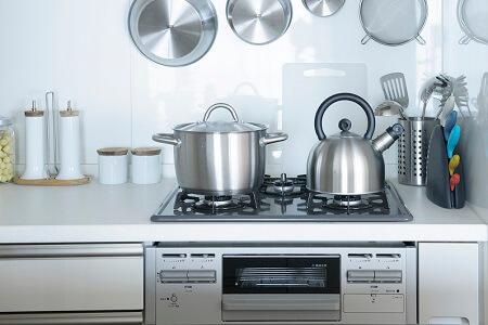 ガスコンロの色|キッチンのキャビネットとコーデ